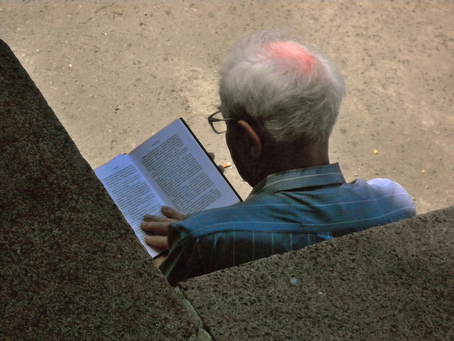 reader, Khreshchatyk Boulevard, Kyiv, Ukraine