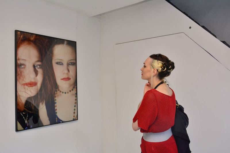 Jeune performeuse visitant l'exposition Jouko Lehtola